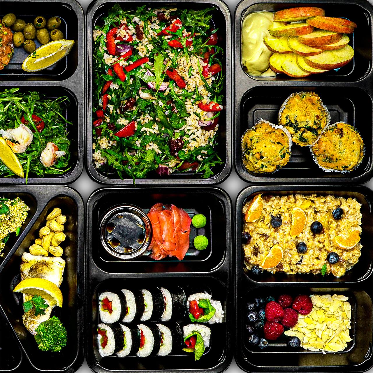 Dieta pudełkowa Włocławek przykładowe dania w czarnych pojemnikach